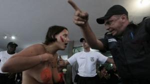 Políciais reprimem manifestação de Peitaço na marcha das vadias do Rio de Janeiro 2012